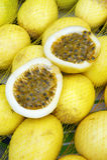 Свежее Passionfruit Maracuja на бразильском рынке фермеров Стоковые Изображения