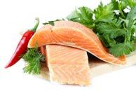 Свежее salmon (филе красных рыб) с травами, специями и овощами Стоковые Фотографии RF