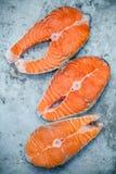 Свежее salmon филе отрезало плоское положение на затрапезной предпосылке металла Стоковое фото RF