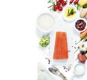 Свежее salmon филе с ароматичными травами, специями и овощами Стоковая Фотография
