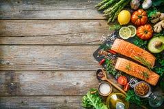 Свежее salmon филе с ароматичными травами, специями и овощами Стоковое Фото