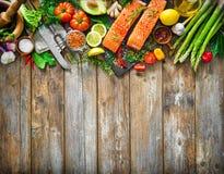 Свежее salmon филе с ароматичными травами, специями и овощами Стоковые Фотографии RF