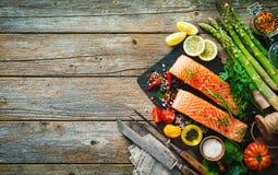 Свежее salmon филе с ароматичными травами, специями и овощами Стоковая Фотография RF