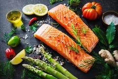 Свежее salmon филе с ароматичными травами, специями и овощами Стоковые Изображения RF