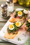 Свежее sendwich с яичками ветчины, спаржи и триперсток Стоковые Изображения RF