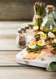 Свежее sendwich с яичками ветчины, спаржи и триперсток Стоковое фото RF