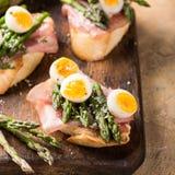 Свежее sendwich с яичками ветчины, спаржи и триперсток Стоковые Изображения