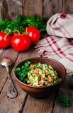 Свежее tabbouleh, ближневосточный салат, в шаре глины на деревянной предпосылке Селективный фокус тонизированное изображение стоковые фото