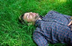 свежесть естественная Природа заполняет его с свежестью и воодушевленностью Гай ослабило мирную наслаждается свежестью травы чело стоковая фотография rf