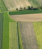 Свеже вспаханное и засеянное сельскохозяйственное угодье сверху Стоковое Фото