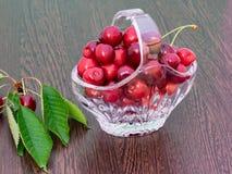 Свеже выбранные вишни в кристаллической корзине Стоковое Изображение RF