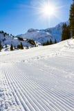 Свеже выхоленный наклон горных лыж зимы Стоковое фото RF