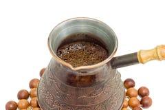 Свеже заваренный турецкий кофе в старом медном крупном плане бака кофе Стоковая Фотография RF