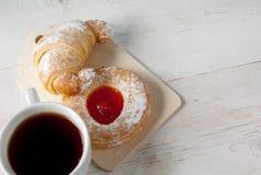 Свеже заваренный черный чай и душистые домодельные торты Стоковые Изображения