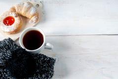 Свеже заваренный черный чай и душистые домодельные торты Стоковые Фотографии RF
