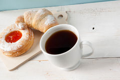 Свеже заваренный черный чай и душистые домодельные торты Стоковое Изображение