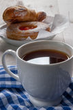 Свеже заваренный черный чай и душистые домодельные торты Стоковые Изображения RF