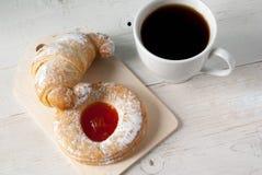 Свеже заваренный черный чай и душистые домодельные торты Стоковое Изображение RF