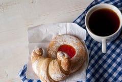 Свеже заваренный черный чай и душистые домодельные торты Стоковая Фотография