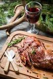 Свеже зажаренная в духовке оленина с розмариновым маслом и перцем стоковое фото