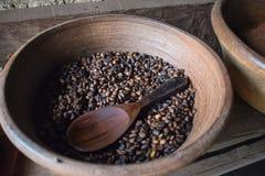 Свеже зажаренные в духовке кофейные зерна Luwak на Бали Индонезии стоковая фотография rf