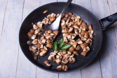 Свеже зажаренные в духовке champignons с петрушкой в сковороде Стоковое Изображение