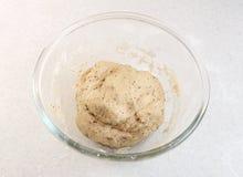 Свеже замешанное тесто хлеба в стеклянном шаре Стоковое Изображение RF