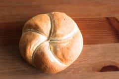 Свеже испеченная плюшка kaiser макового семени Продукты хлебопекарни на деревянном столе Концепция свежего печенья стоковые изображения
