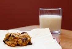 Свеже испеченное печенье изюминки овсяной каши с стеклом молока Стоковые Изображения RF