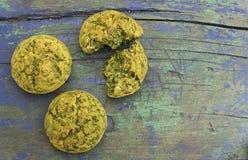 Свеже испеченные булочки закуски с шпинатом стоковое изображение