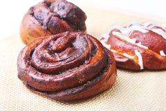 Свеже испеченные домодельные сладостные крены с циннамоном на белой предпосылке Здоровая концепция закуски еды скопируйте космос стоковые фотографии rf