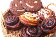 Свеже испеченные домодельные сладостные крены с циннамоном, печенья овсяной каши в плетеной корзине Здоровая концепция закуски ед стоковые изображения rf