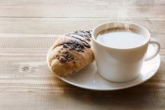 Свеже испеченные круассаны и чашка кофе шоколада на деревянной доске зажаренное яичко чашки принципиальной схемы кофе завтрака Стоковое Изображение RF