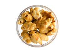Свеже испеченные круассаны хот-дога на плите Стоковые Фото