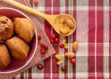 Свеже испеченные домодельные булочки с изюминками и гайками клюквы на салфетке Стоковые Фотографии RF