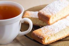 Свеже испеченные печенья и чашка чаю Стоковое Фото