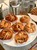 Свеже испеченные печенья крена циннамона на магазине кафа стоковое изображение
