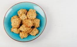 Свеже испеченные печенья овсяной каши в голубой плите Стоковые Фотографии RF
