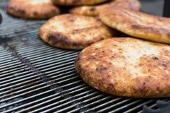 Свеже испеченные пита на ярмарке страны outdoors Стоковые Фото