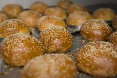 Свеже испеченные плюшки с семенами сезама Стоковые Фотографии RF