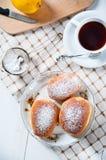 Свеже испеченные сладостные плюшки с вареньем Стоковые Изображения