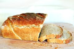 Свежие ломтики хлеба sourdough стоковые фото