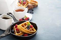 Свеже испеченные waffles с ягодами для завтрака Стоковые Фотографии RF
