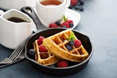 Свеже испеченные waffles с ягодами для завтрака Стоковые Фото