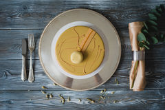 Свеже испеченный желтый торт пудинга с dacquoise миндалины, confit поленики, кудрявый слой с caramelized фундуками и Стоковые Изображения