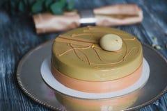 Свеже испеченный желтый торт пудинга с dacquoise миндалины, confit поленики, кудрявый слой с caramelized фундуками и Стоковая Фотография RF