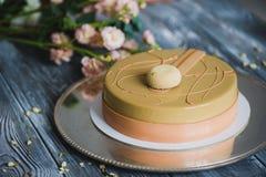 Свеже испеченный желтый торт пудинга с dacquoise миндалины, confit поленики, кудрявый слой с caramelized фундуками и Стоковые Фото