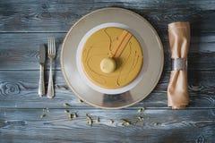 Свеже испеченный желтый торт пудинга с dacquoise миндалины, confit поленики, кудрявый слой с caramelized фундуками и Стоковое Изображение