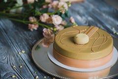 Свеже испеченный желтый торт пудинга с dacquoise миндалины, confit поленики, кудрявый слой с caramelized фундуками и Стоковое Фото