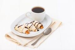 Свеже испеченный круассан, варенье, чашка черного кофе на белой деревянной предпосылке печенье домодельное Свежие печенья для зав Стоковые Фото